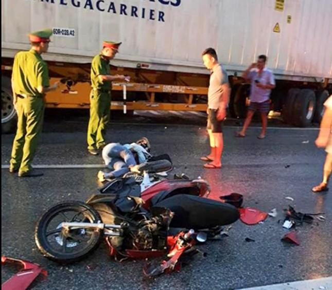 Tránh thương vong, tài xế tải đánh lái đâm nát dải phân cách ảnh 2