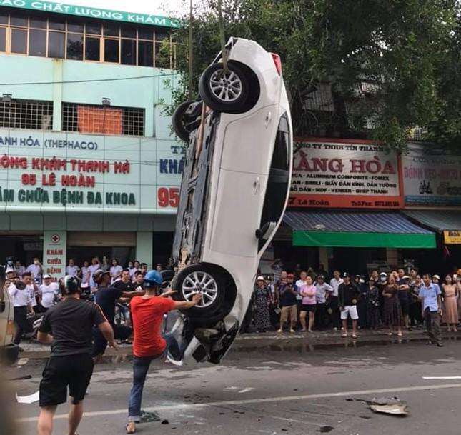 Đâm vào xe khác, ô tô 5 chỗ lật ngửa giữa phố đông người ảnh 4