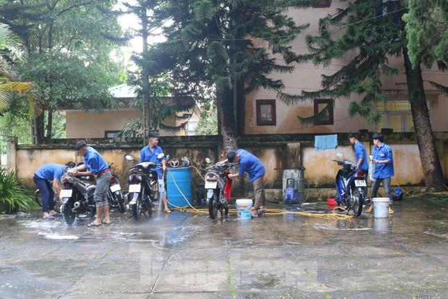 Bạn trẻ vùng cao rửa xe gây quỹ Trung thu cho trẻ em nghèo ảnh 1