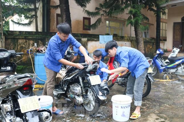 Bạn trẻ vùng cao rửa xe gây quỹ Trung thu cho trẻ em nghèo ảnh 2