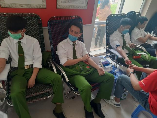 Gần 200 cán bộ, chiến sỹ công an tỉnh Thanh Hoá tham gia ngày hội Chủ nhật Đỏ ảnh 2