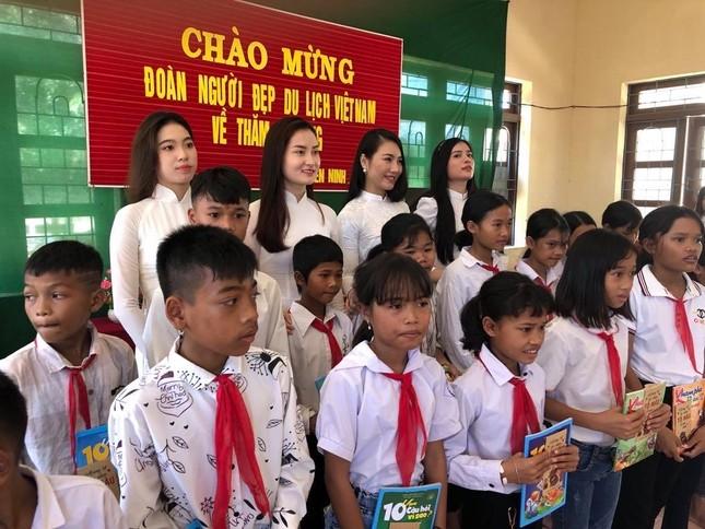 Dàn Người đẹp Du lịch tặng quà học sinh dân tộc Bru-Vân Kiều ảnh 1