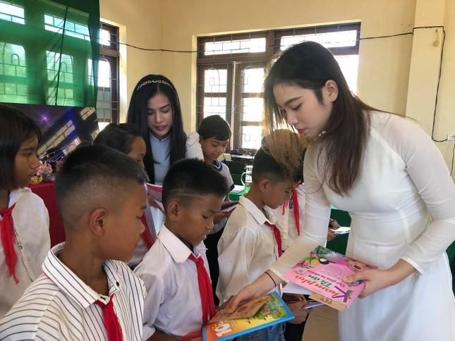 Dàn Người đẹp Du lịch tặng quà học sinh dân tộc Bru-Vân Kiều ảnh 3