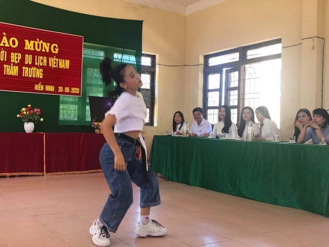 Dàn Người đẹp Du lịch tặng quà học sinh dân tộc Bru-Vân Kiều ảnh 2