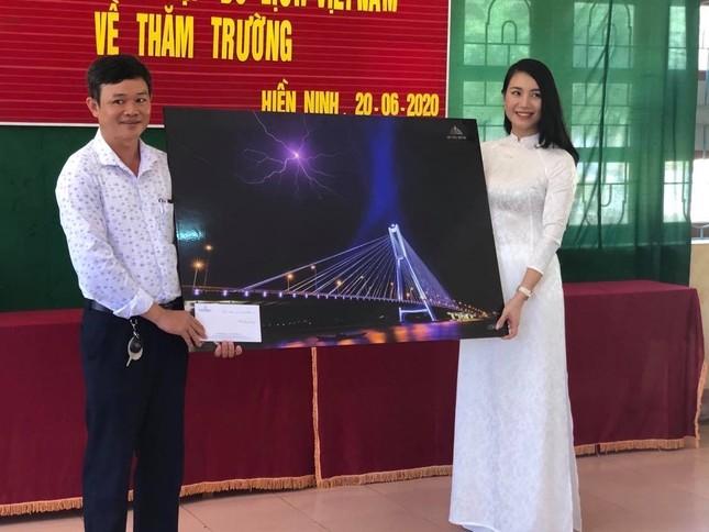 Dàn Người đẹp Du lịch tặng quà học sinh dân tộc Bru-Vân Kiều ảnh 5