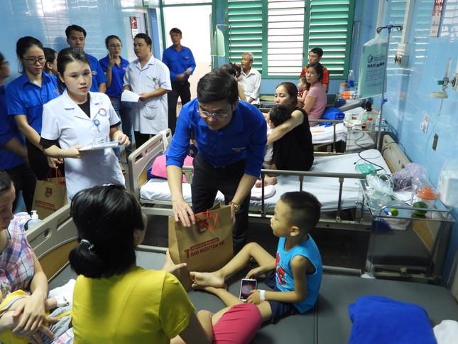 Trao 3.000 suất cơm đến bệnh nhân khó khăn tại Quảng Bình ảnh 3