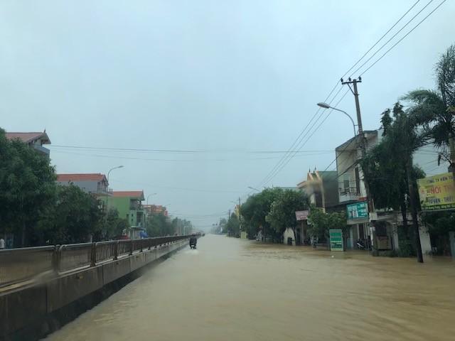 Nước lũ lần đầu tiên tấn công thành phố cửa biển Đồng Hới ảnh 2