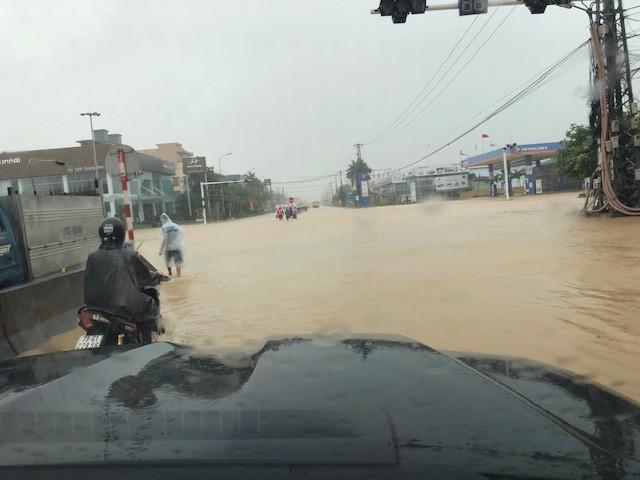 Nước lũ lần đầu tiên tấn công thành phố cửa biển Đồng Hới ảnh 1