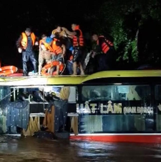 Cứu sống 18 người trên xe khách bị lũ cuốn trôi lúc nửa đêm ảnh 1