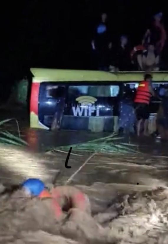 Cứu sống 18 người trên xe khách bị lũ cuốn trôi lúc nửa đêm ảnh 2