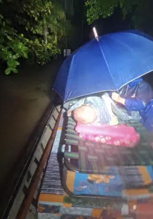 Đại hồng thuỷ nuốt chửng Quảng Bình trong đêm, khắp nơi người dân kêu cứu ảnh 3