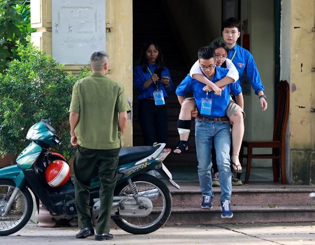 Xúc động thí sinh bị nạn được thanh niên tình nguyện cõng lên tầng 3 dự thi ảnh 1
