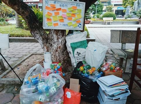 Sinh viên trường Báo tham gia 'Đổi nhựa – Lấy quà' ảnh 9