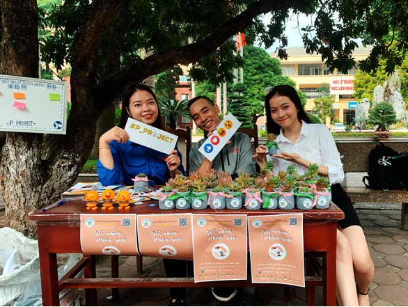 Sinh viên trường Báo tham gia 'Đổi nhựa – Lấy quà' ảnh 1