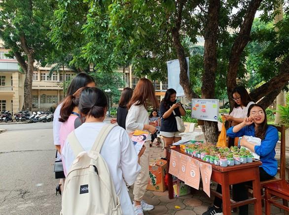 Sinh viên trường Báo tham gia 'Đổi nhựa – Lấy quà' ảnh 3