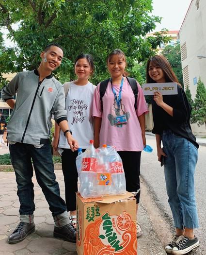Sinh viên trường Báo tham gia 'Đổi nhựa – Lấy quà' ảnh 5
