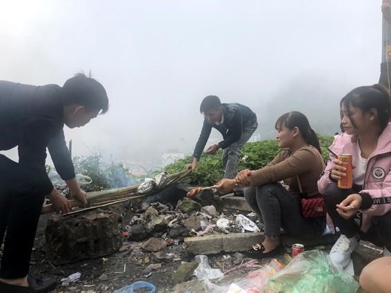 Nhức nhối 'phượt trẻ' vô tư xả rác trên đỉnh Tam Đảo ảnh 4