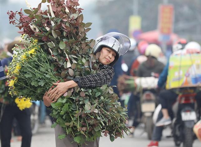 Thủ phủ hoa lớn nhất miền Bắc đông nghịt dân buôn ngày cận Tết ảnh 6