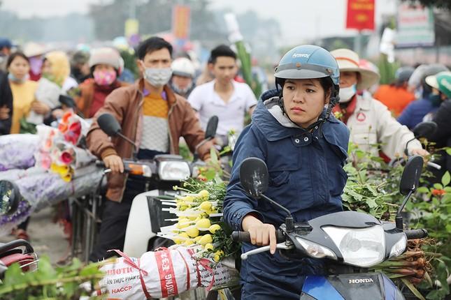 Thủ phủ hoa lớn nhất miền Bắc đông nghịt dân buôn ngày cận Tết ảnh 2