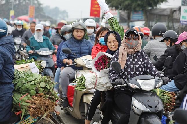 Thủ phủ hoa lớn nhất miền Bắc đông nghịt dân buôn ngày cận Tết ảnh 7