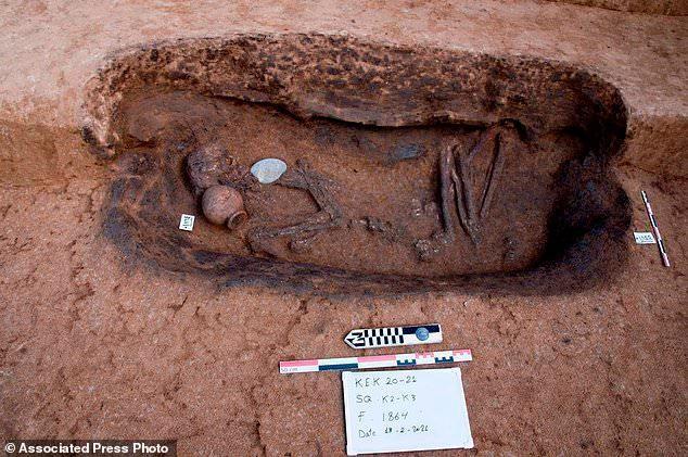 Khám phá bất ngờ bên trong 110 ngôi mộ cổ mới được phát hiện ở Ai Cập ảnh 4