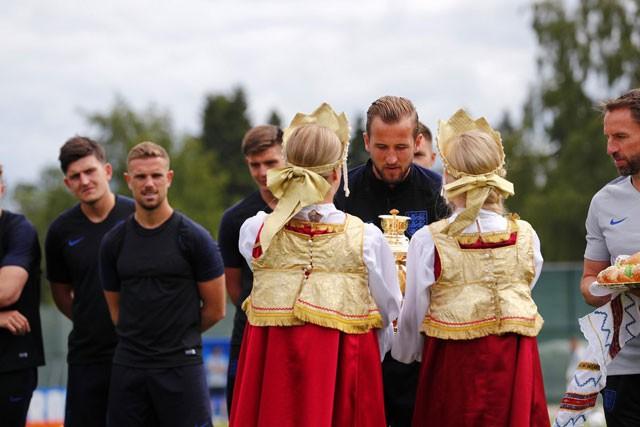 Luyện công trên đất Nga, tuyển Anh được tặng bánh mì và muối ảnh 1