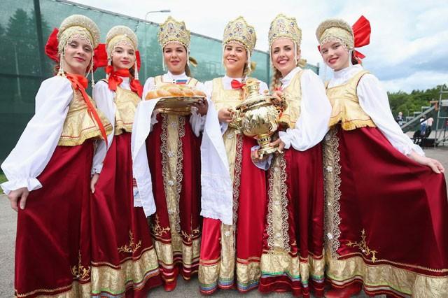 Luyện công trên đất Nga, tuyển Anh được tặng bánh mì và muối ảnh 2