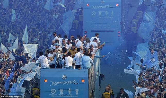 HLV Pep Guardiola quậy tưng bừng trong lễ vinh danh 'cú ăn 3' ảnh 2