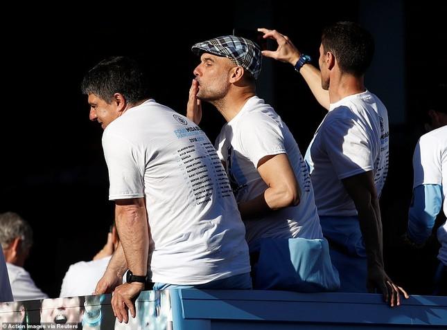 HLV Pep Guardiola quậy tưng bừng trong lễ vinh danh 'cú ăn 3' ảnh 4