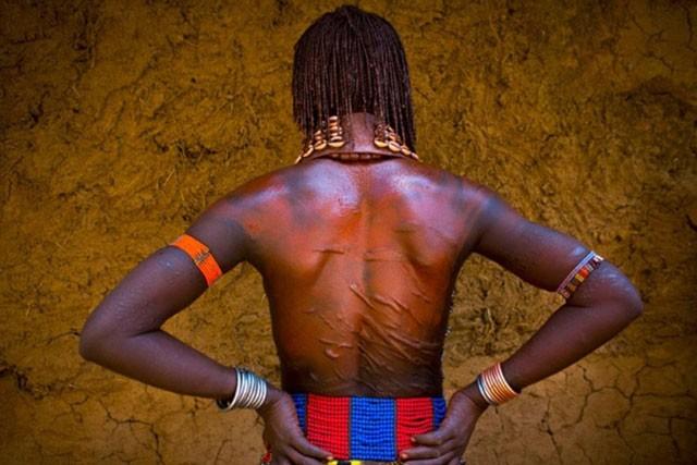 Khám phá bộ tộc có phụ nữ sẵn sàng bị đánh đến đổ máu để chứng minh tình yêu ảnh 1