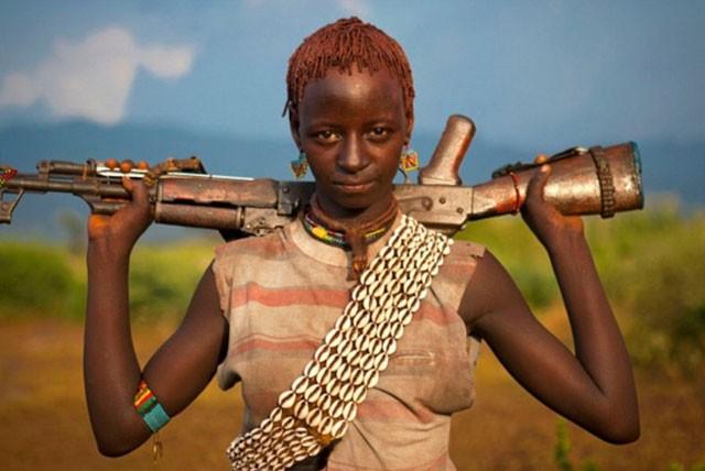 Khám phá bộ tộc có phụ nữ sẵn sàng bị đánh đến đổ máu để chứng minh tình yêu ảnh 2