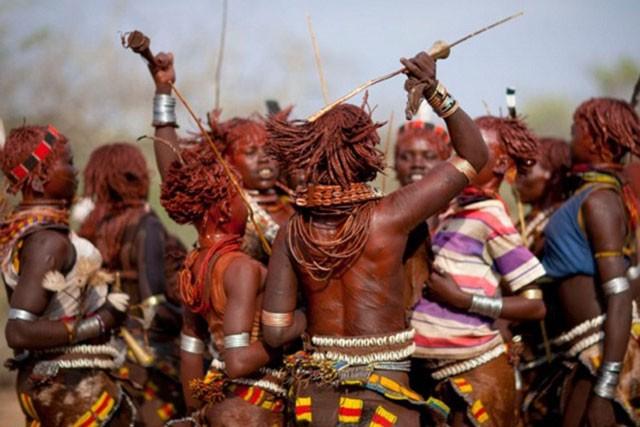 Khám phá bộ tộc có phụ nữ sẵn sàng bị đánh đến đổ máu để chứng minh tình yêu ảnh 4