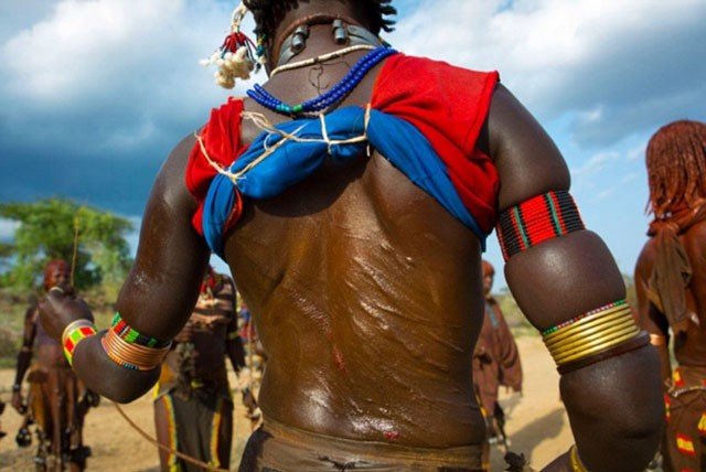 Khám phá bộ tộc có phụ nữ sẵn sàng bị đánh đến đổ máu để chứng minh tình yêu ảnh 5