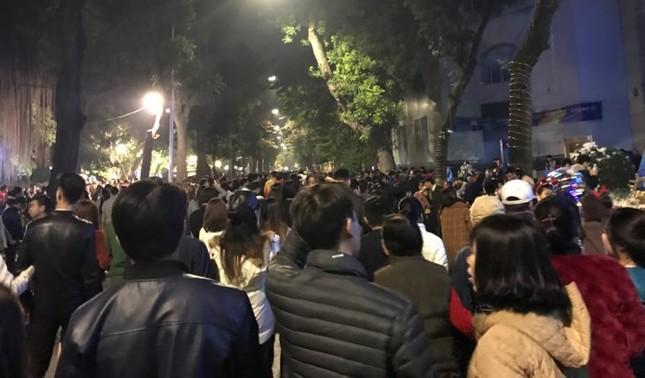 Phố đi bộ Hà Nội nêm kín người đêm Giáng sinh ảnh 3