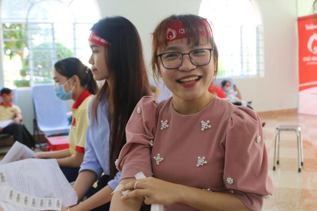 Nụ cười 'tỏa nắng' của các bạn trẻ tham gia hiến máu Chủ nhật Đỏ ảnh 6