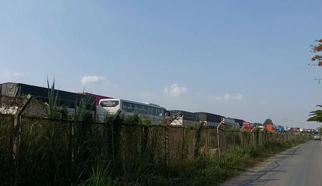 Xe tải chở dưa hấu lật ngang trên cao tốc TP HCM - Trung Lương ảnh 4