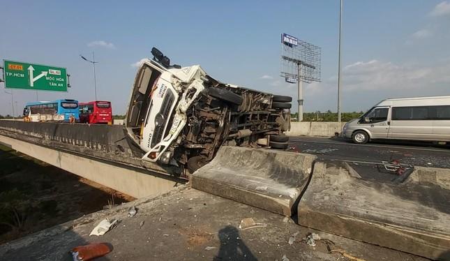 Xe tải chở dưa hấu lật ngang trên cao tốc TP HCM - Trung Lương ảnh 1