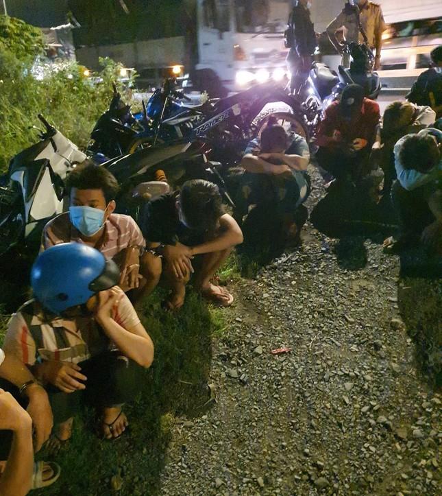 Hàng trăm 'quái xế' tháo chạy khi bị vây bắt, nhiều thanh niên lao xe xuống kênh bỏ trốn ảnh 1