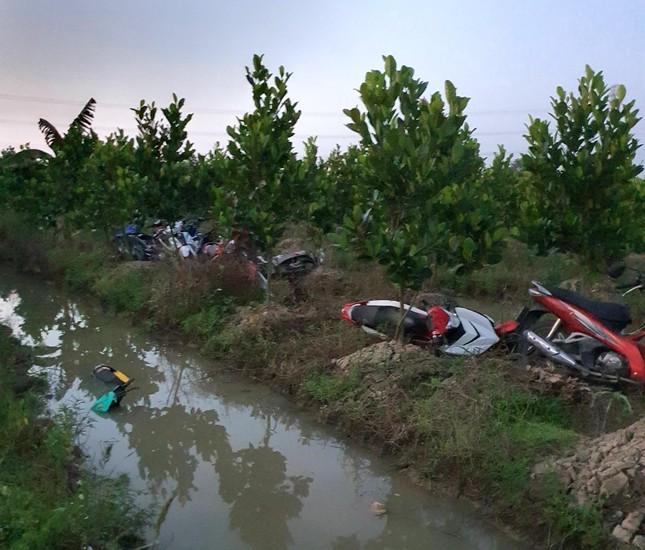 Hàng trăm 'quái xế' tháo chạy khi bị vây bắt, nhiều thanh niên lao xe xuống kênh bỏ trốn ảnh 2