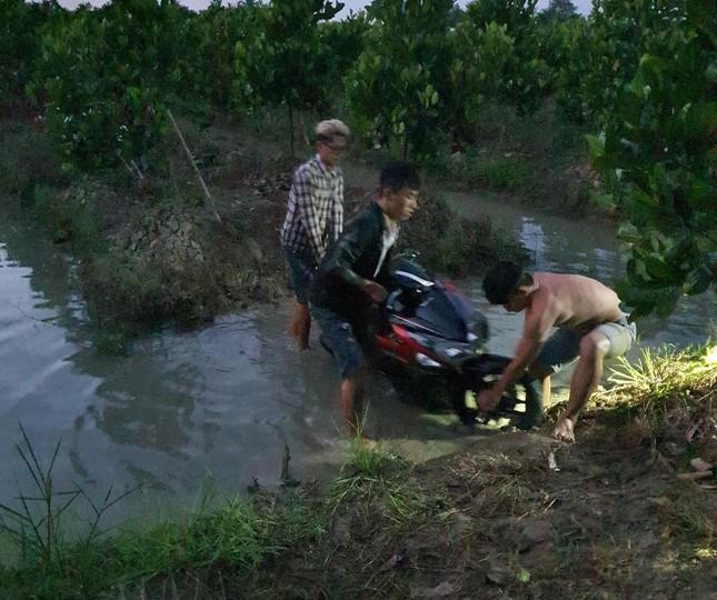 Hàng trăm 'quái xế' tháo chạy khi bị vây bắt, nhiều thanh niên lao xe xuống kênh bỏ trốn ảnh 3
