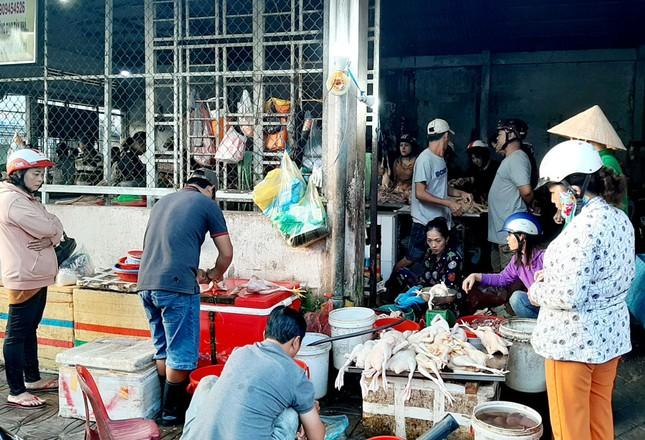 Chen chân mua gà cúng mùng 3 Tết ở miền Tây ảnh 2