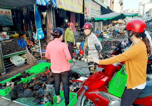 Chen chân mua gà cúng mùng 3 Tết ở miền Tây ảnh 4