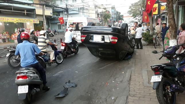 'Xế hộp' lật nhào giữa đường, tài xế và hành khách đập cửa thoát thân ảnh 1