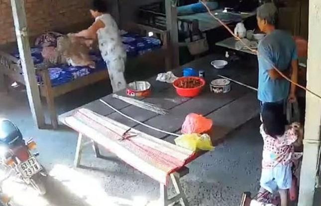 Bắt tạm giam hai vợ chồng bạo hành mẹ già 88 tuổi ở Tiền Giang ảnh 1
