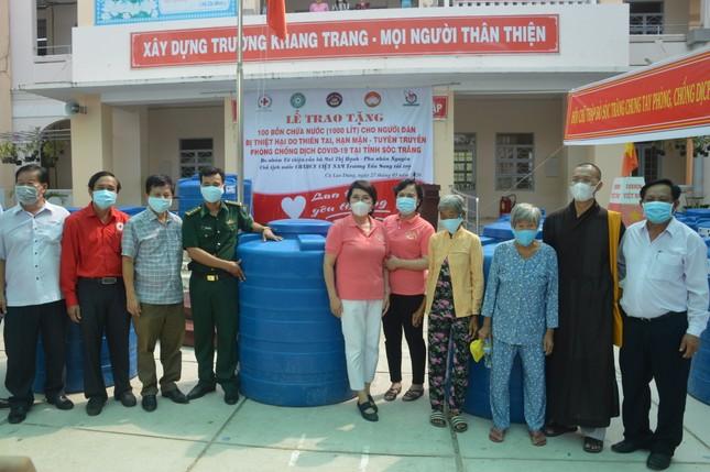 Tặng hàng trăm bồn chứa nước cho người dân huyện Cù Lao Dung ảnh 1