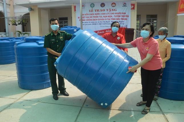 Tặng hàng trăm bồn chứa nước cho người dân huyện Cù Lao Dung ảnh 3