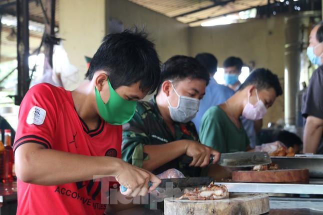 Bên trong bếp ăn quân đội phục vụ người cách ly ở Đồng Tháp có gì đặc biệt? ảnh 2