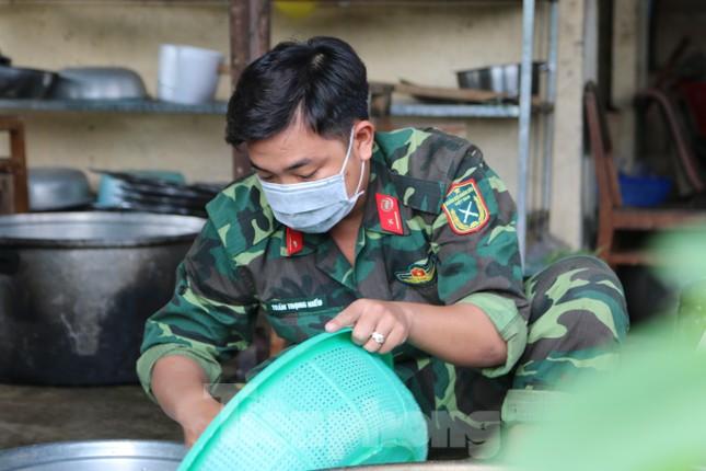 Bên trong bếp ăn quân đội phục vụ người cách ly ở Đồng Tháp có gì đặc biệt? ảnh 6