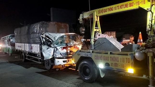 Tiền Giang: Va chạm giữa 2 xe tải, 3 người thoát chết trong cabin bẹp dúm ảnh 2