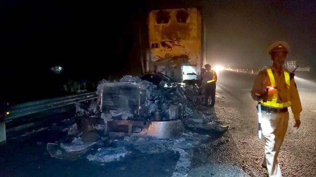 Kinh hãi cảnh xe đầu kéo cháy thành than trên cao tốc TP.HCM-Trung Lương ảnh 1